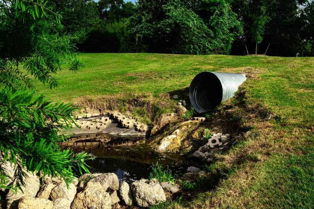 Abwasserrohr Sickergrube Natur