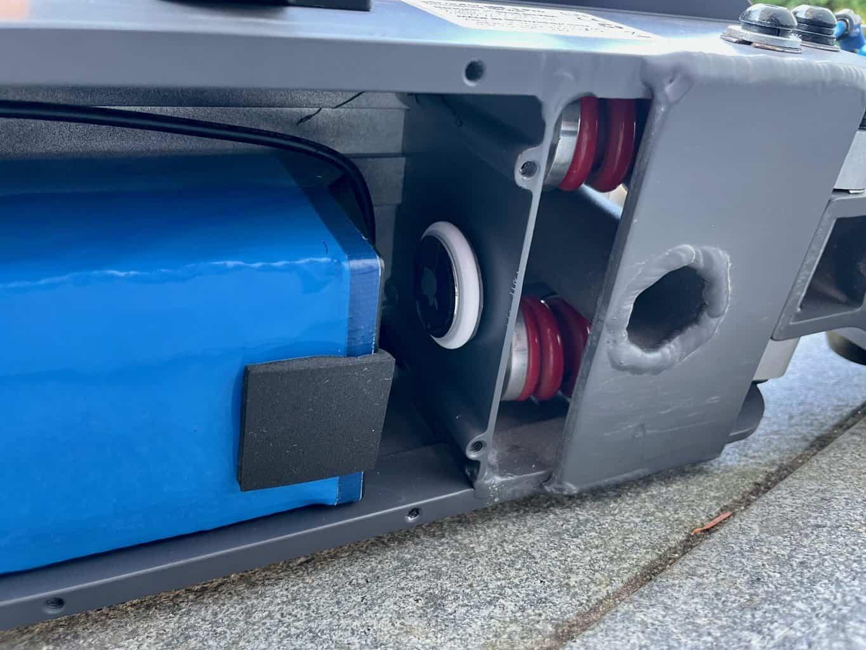 Apple-Airtag-im-E-Scooter-im-Batteriefach-verstecken