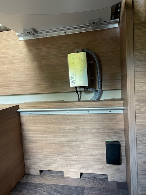 Bild2-Druckluft-aus-Platzgruenden-unter-dem-Tisch