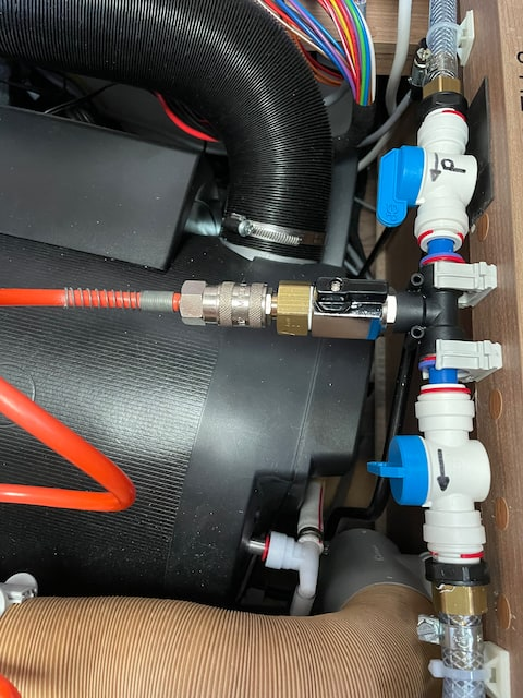 Bild4-Druckluft-Richtung-Pumpe-und-Frischwassertank-ausblasen