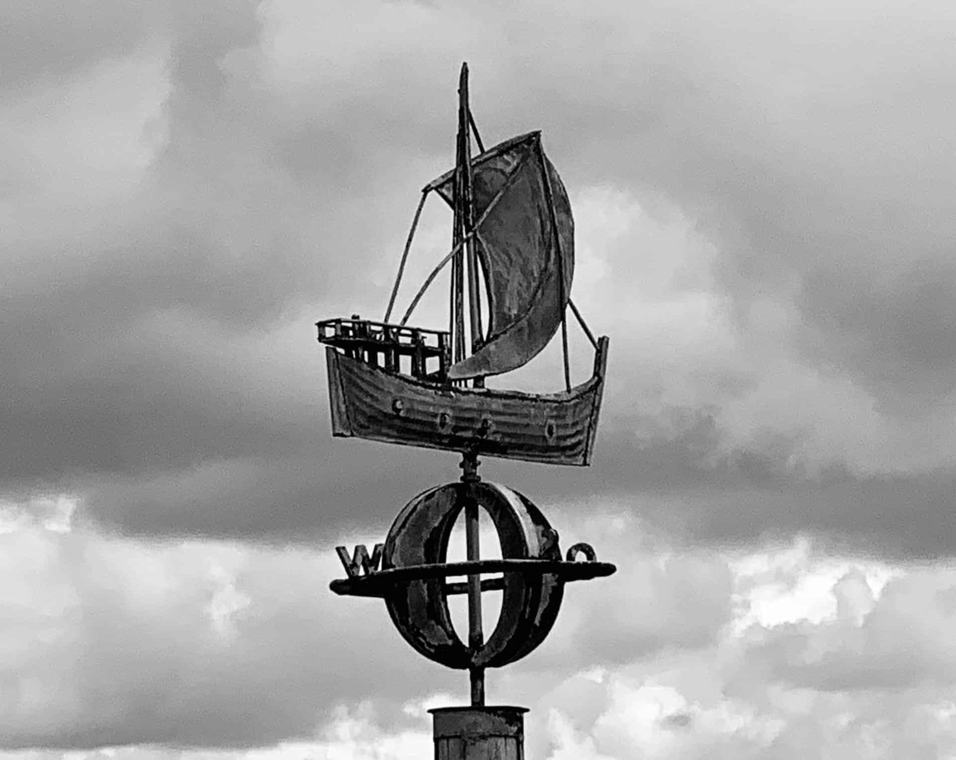 Bremerhaven_Schiff_Himmelrichtung_sw