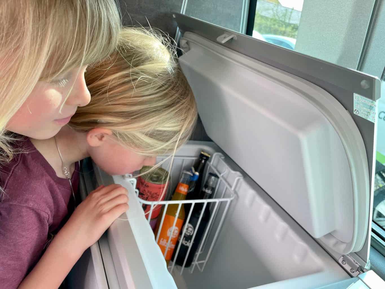 Camerboys-Camper-Wohnmobil-Vermietung-Der-Kühlschrank-mit-Fritz-Kola-gefüllt