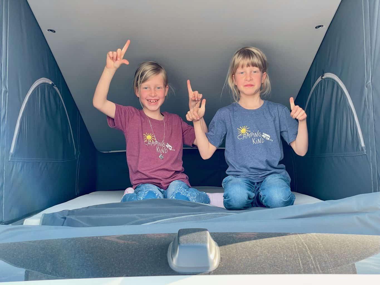Camerboys-Camper-Wohnmobil-Vermietung-VW-Beach-Ocean-Grand-California-Kids-im-Schlafzelt-Aufstelldach