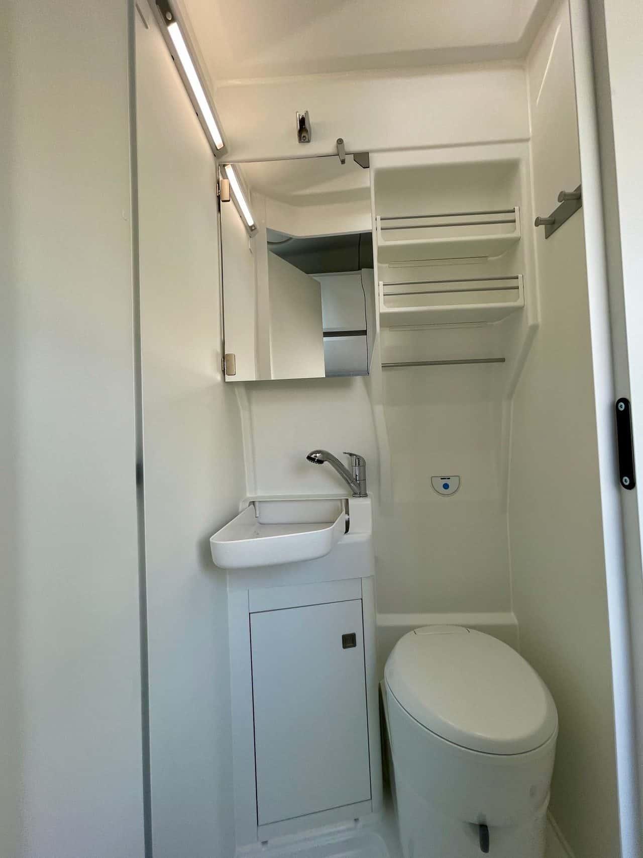 Camerboys-Camper-Wohnmobil-Vermietung-VW-Grand-California-Dusche-Bad-WC