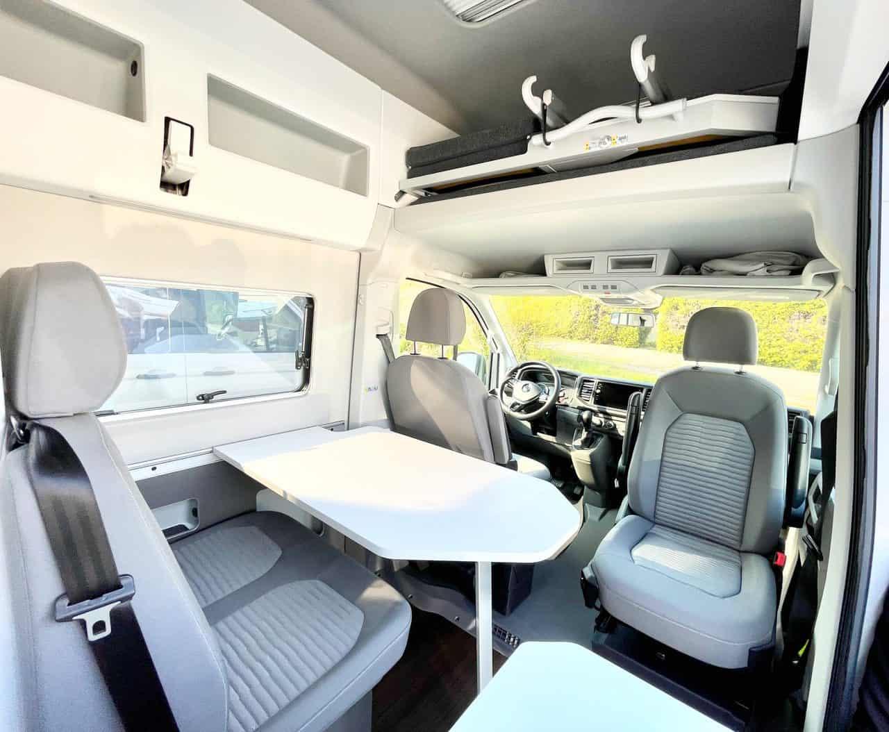 Camerboys-Camper-Wohnmobil-Vermietung-VW-Grand-California-Essbereich-Fahrbereich