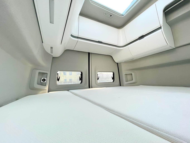 Camerboys-Camper-Wohnmobil-Vermietung-VW-Grand-California-hinterer-Schlafbereich-und-Bett