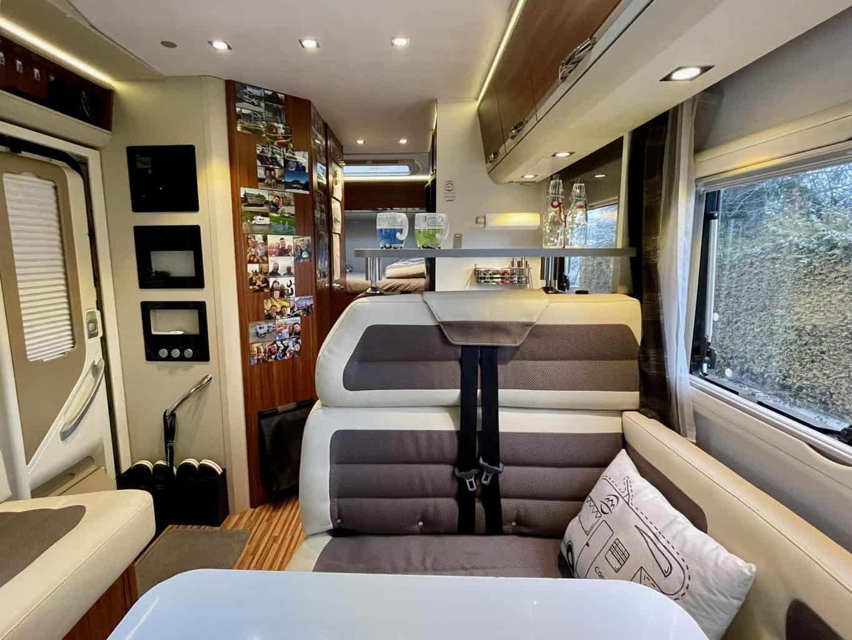 Camperboard-Wohnmobil-Küchenablage-Ablagebord-mit-Deko-Kaffeetassen