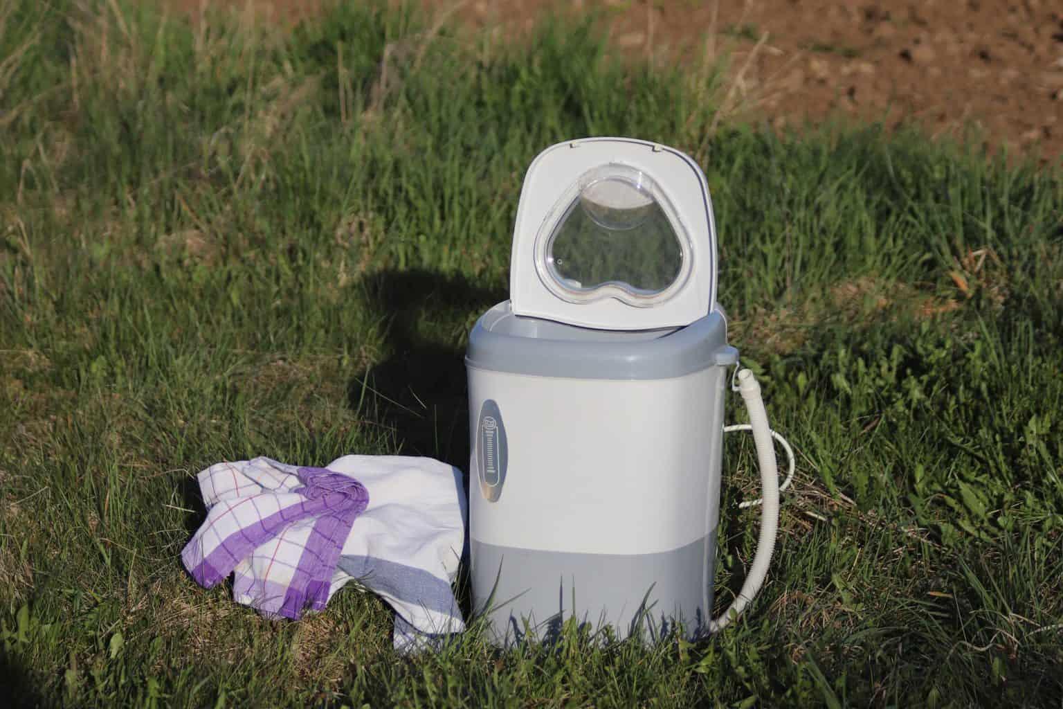 Camping-Waschmaschine-mit-Waesche