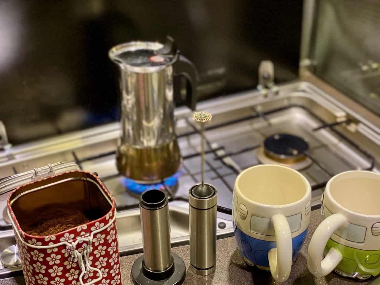 Camping-und-Kaffee-aus-der-Bialetti-Venus-Adhoc-Rapido-Milchaufschäumer-Espressopulver