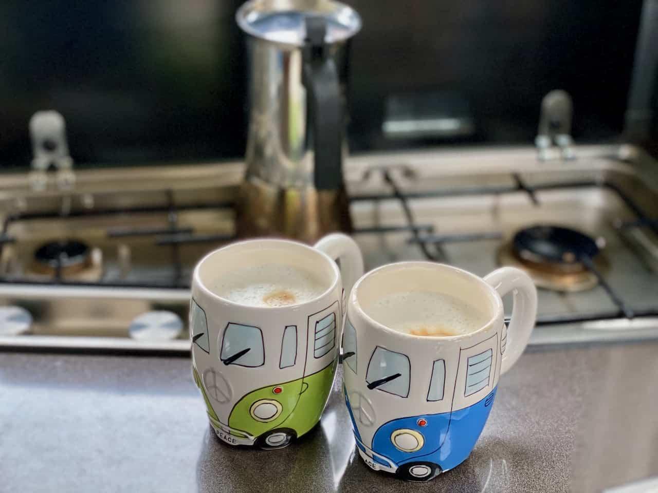 Camping-und-Kaffee-aus-der-Bialetti-Venus-Latte-Macchiato-geniessen