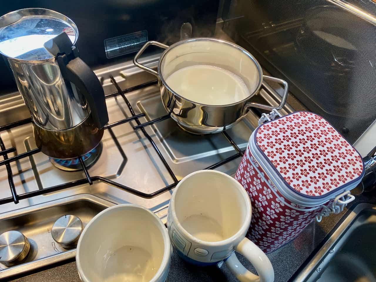 Camping-und-Kaffee-aus-der-Bialetti-Venus-Milch-am-warm-werden