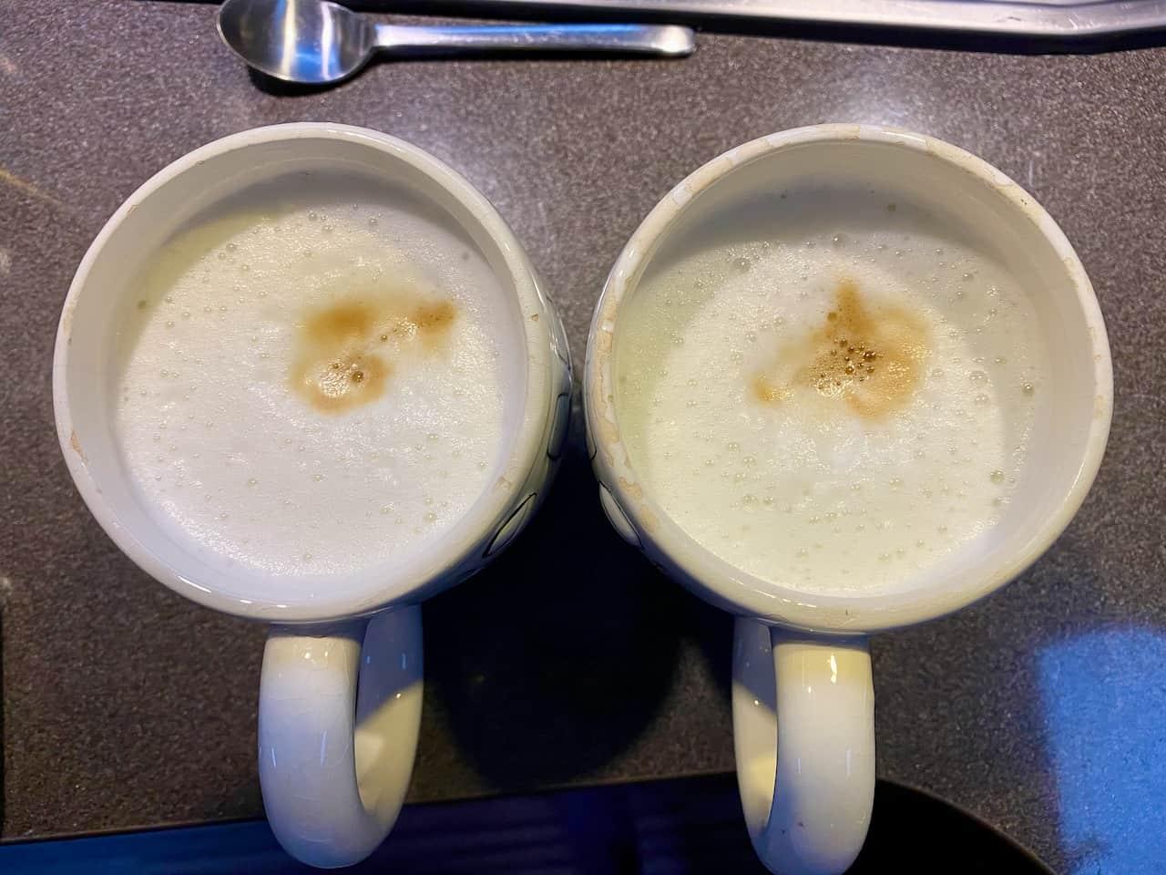 Camping-und-Kaffee-aus-der-Bialetti-Venus-fertiger-Latte-Macchiato