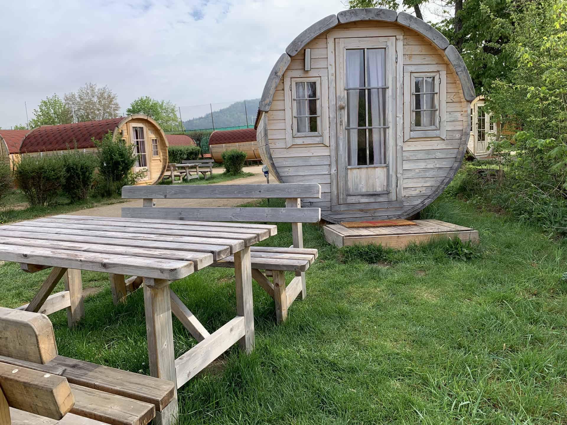 Camping_Fasshotel_Beilgries_Fass_und_Tisch