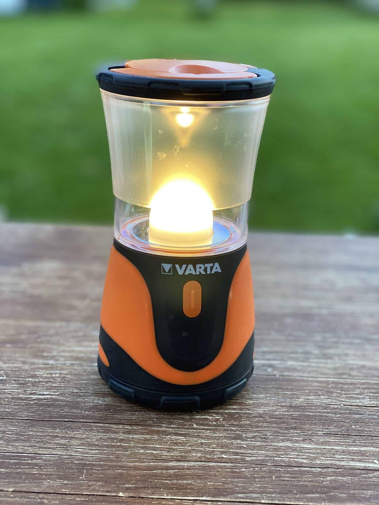 Camping_LED_Licht_Varta_Outdoor_Dämmerung_Tisch