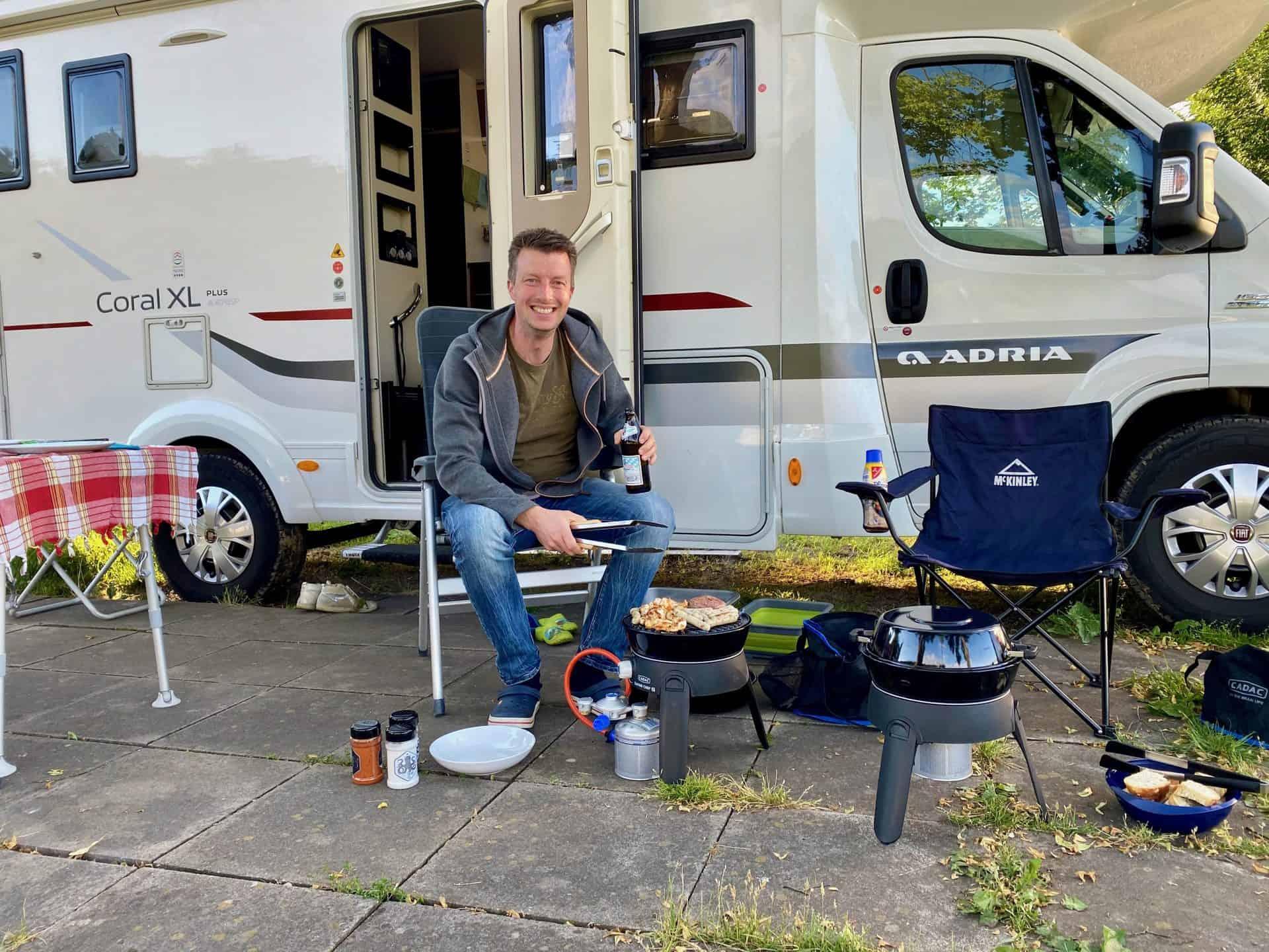 Campingplatz-Fortuna-Flo-beim-grillen