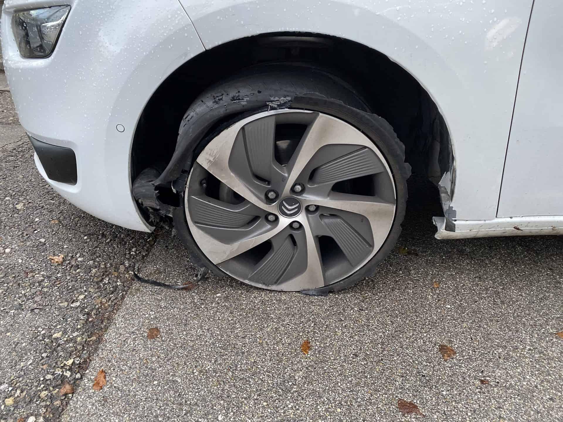 Defekter-reifen-am-Zugfahrzeug-Auto