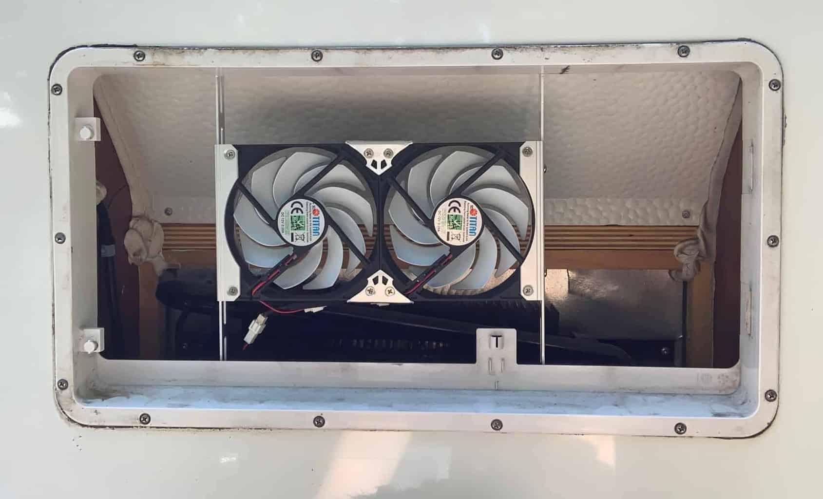 Einbau_Kühlschranklüfter_Titan_Lüfter_eingebaut