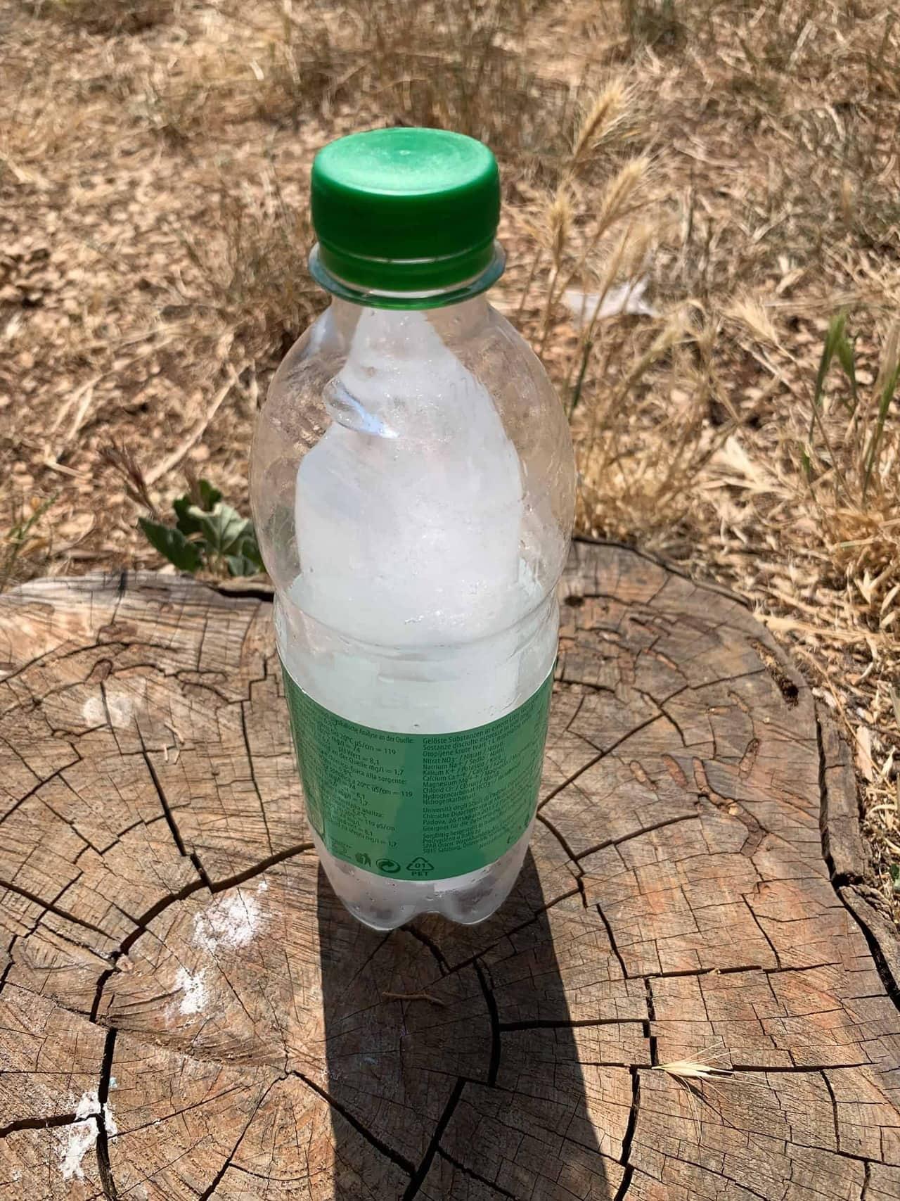 Eingefrorenes_stilles_Wasser_in_PET_Flasche_hält_lange_kalt