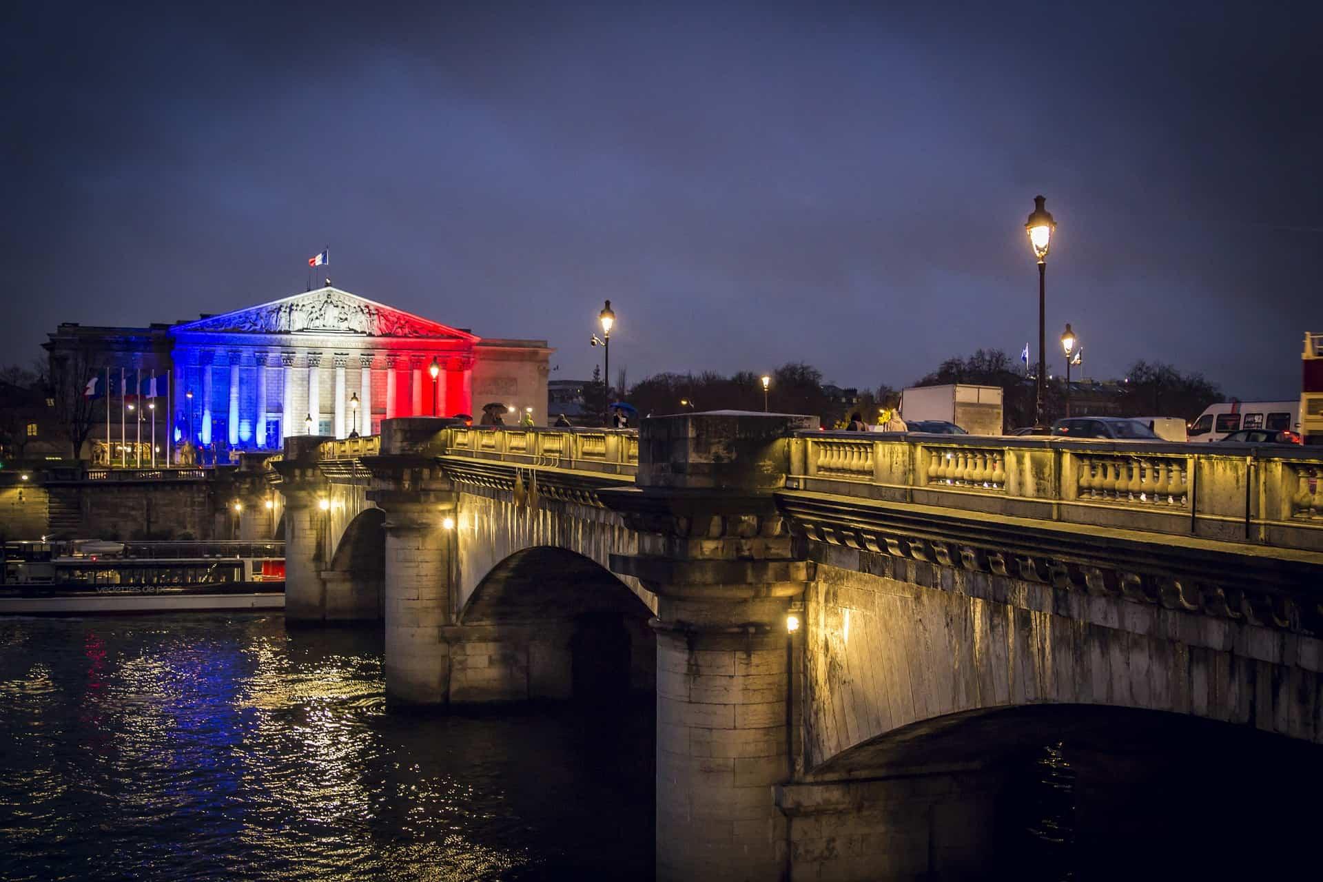 Flagge_Frankreich_Farben_Paris_Nacht_Brücke