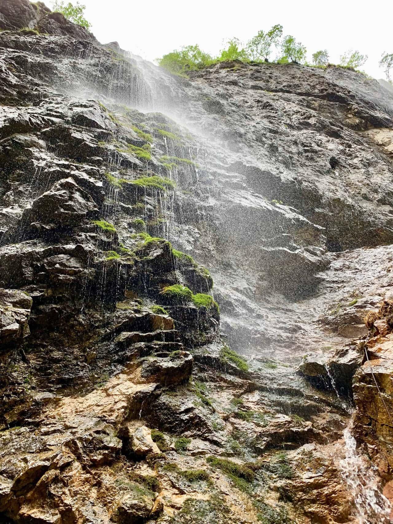 Höllentalklamm_Wasser_von_den_Felsen