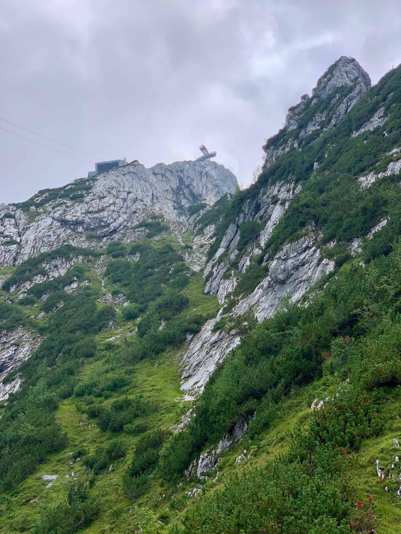 Hupfleitenjoch_Blick_Alpspitzbahn_und_Plattform