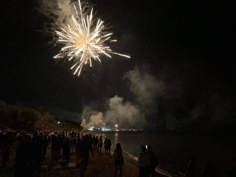 Italien-Ferragosto-Feuerwerk-am-Strand