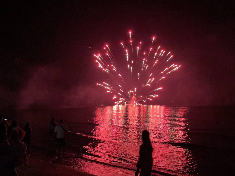 Italien-Ferragosto-Feuerwerk-auf-der-Meer