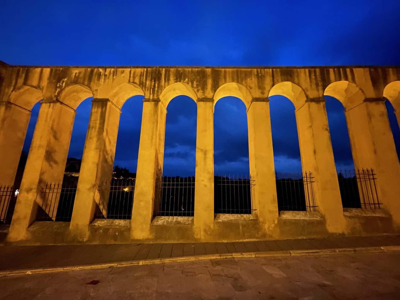 Italien-Pitigliano-Auqaduct-bei-Nacht