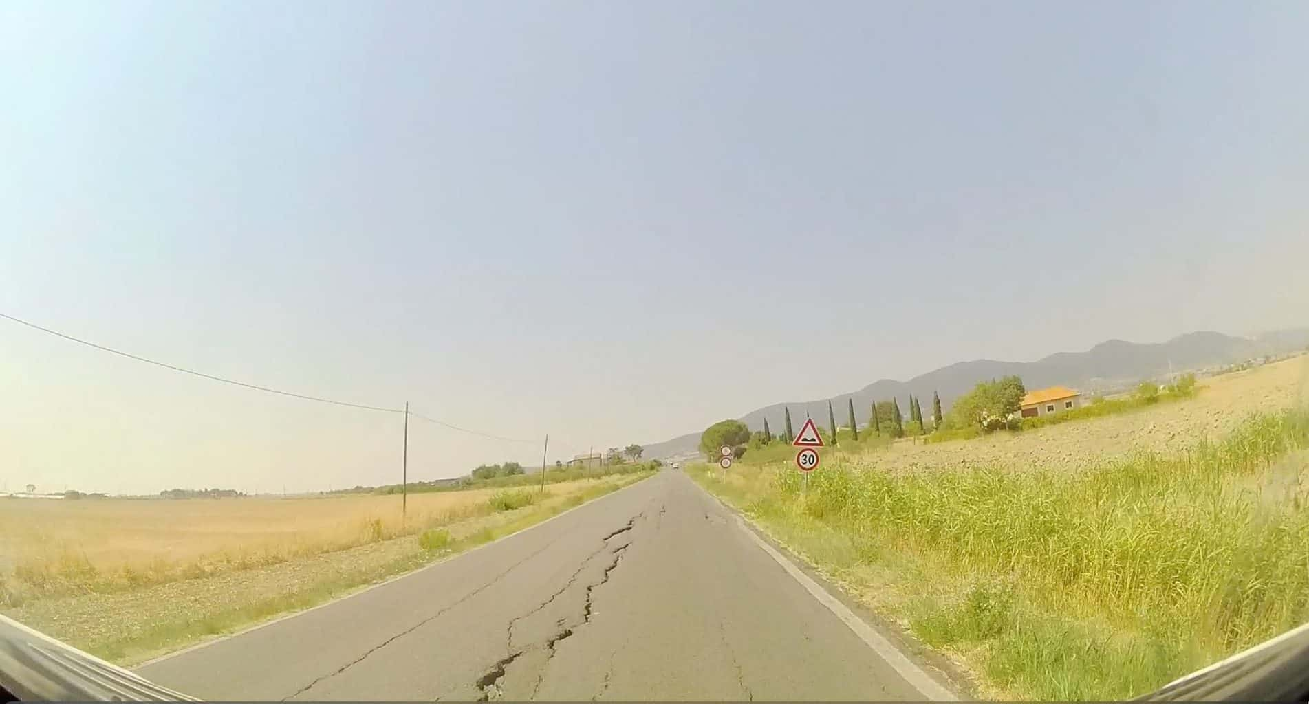 Italien-Strassen-Schlaegloecher-und-Laengsrillen
