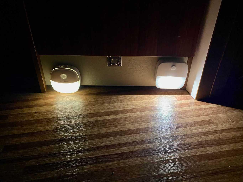 LED-Nachtlicht-eufy-auvon-Vergleich-am-Fussboden-Seitlich