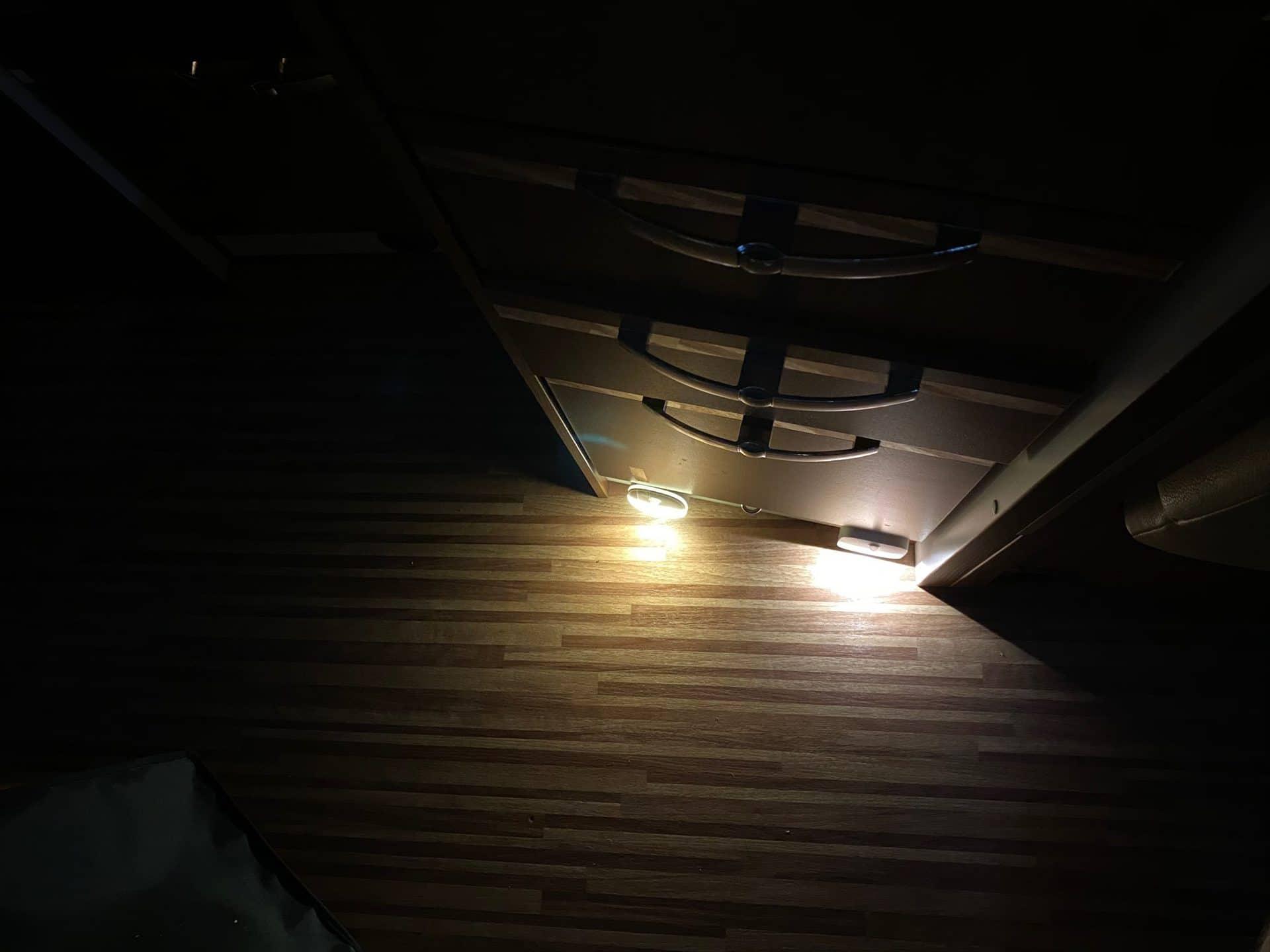 LED-Nachtlicht-eufy-auvon-beiden-im-Vergleich-am-Fussboden