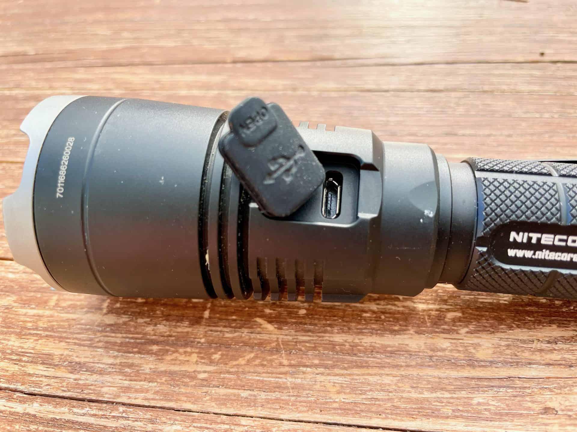 LED-Taschenlampe-Nitecore-MH27UV-laden