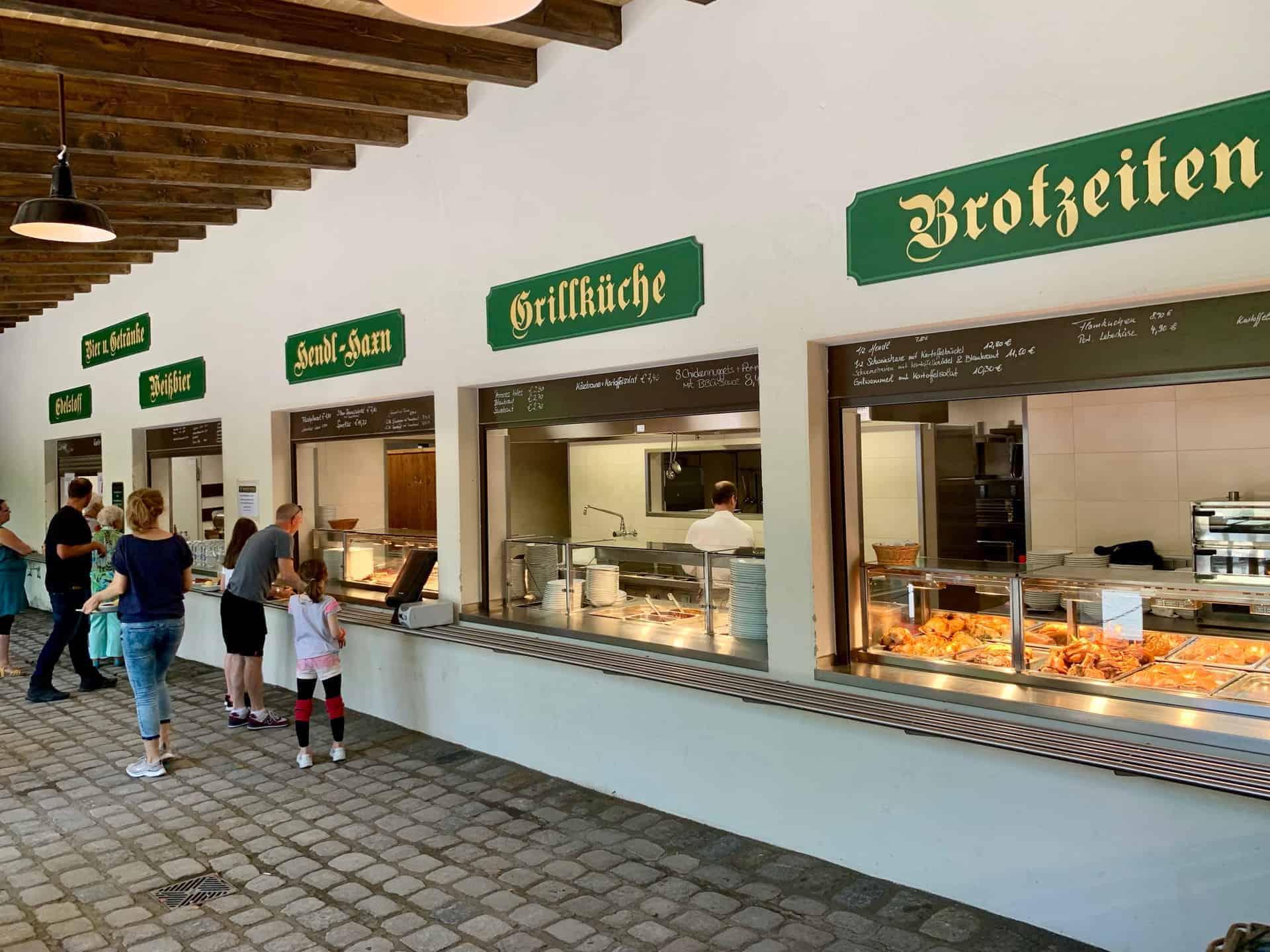 München_Biergarten_Augustiner_Brotzeiten_Schränke_Selbstbedienung