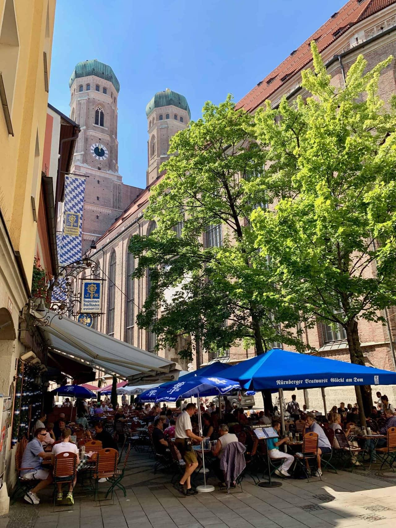 München_Bratwurstglöckl_Frauenkirche_Hintergrund