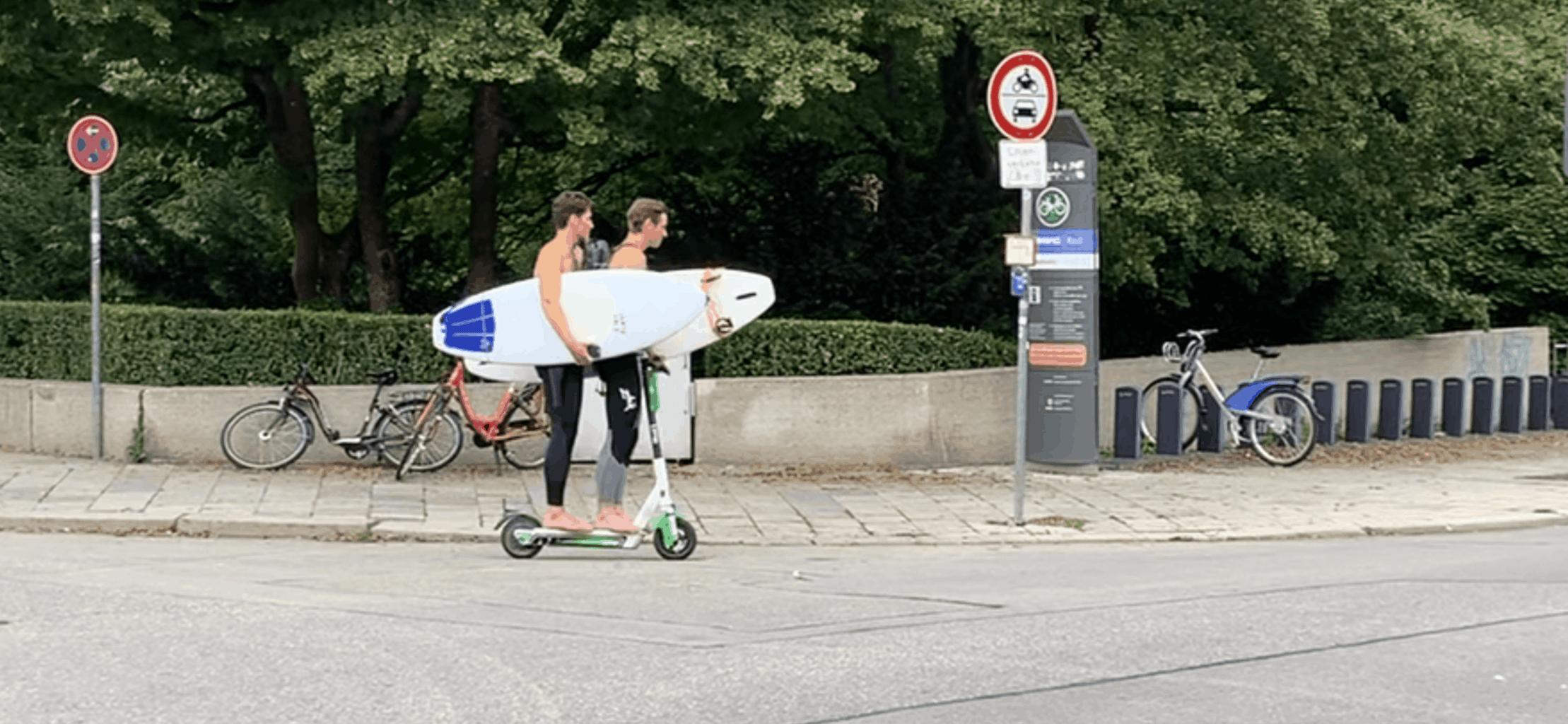 München_Englischer_Garten_2_Surfer_2_Surfbretter_1_E-Scooter