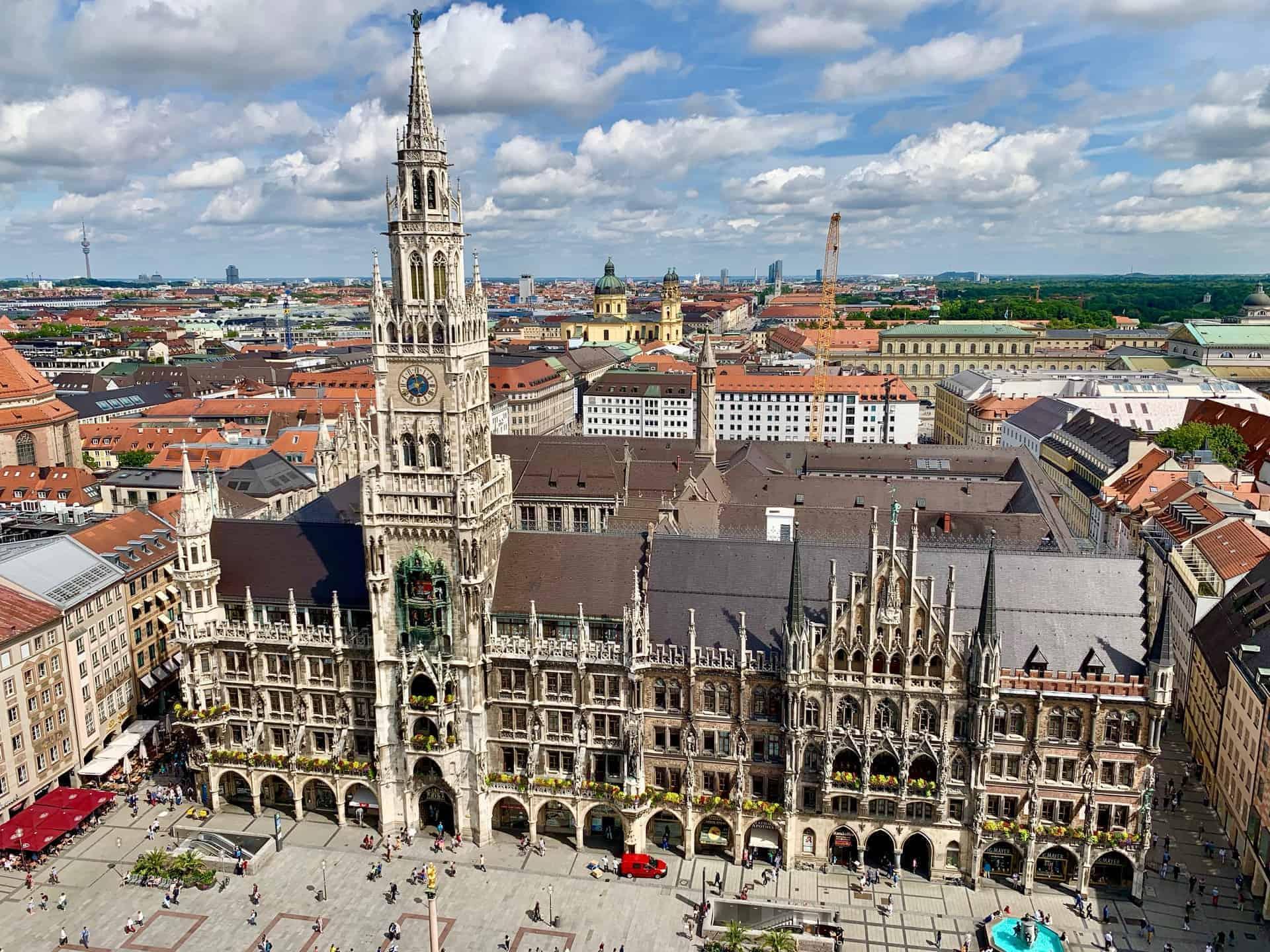München_Marienplatz_Frauenkirche_und_neues_Rathaus