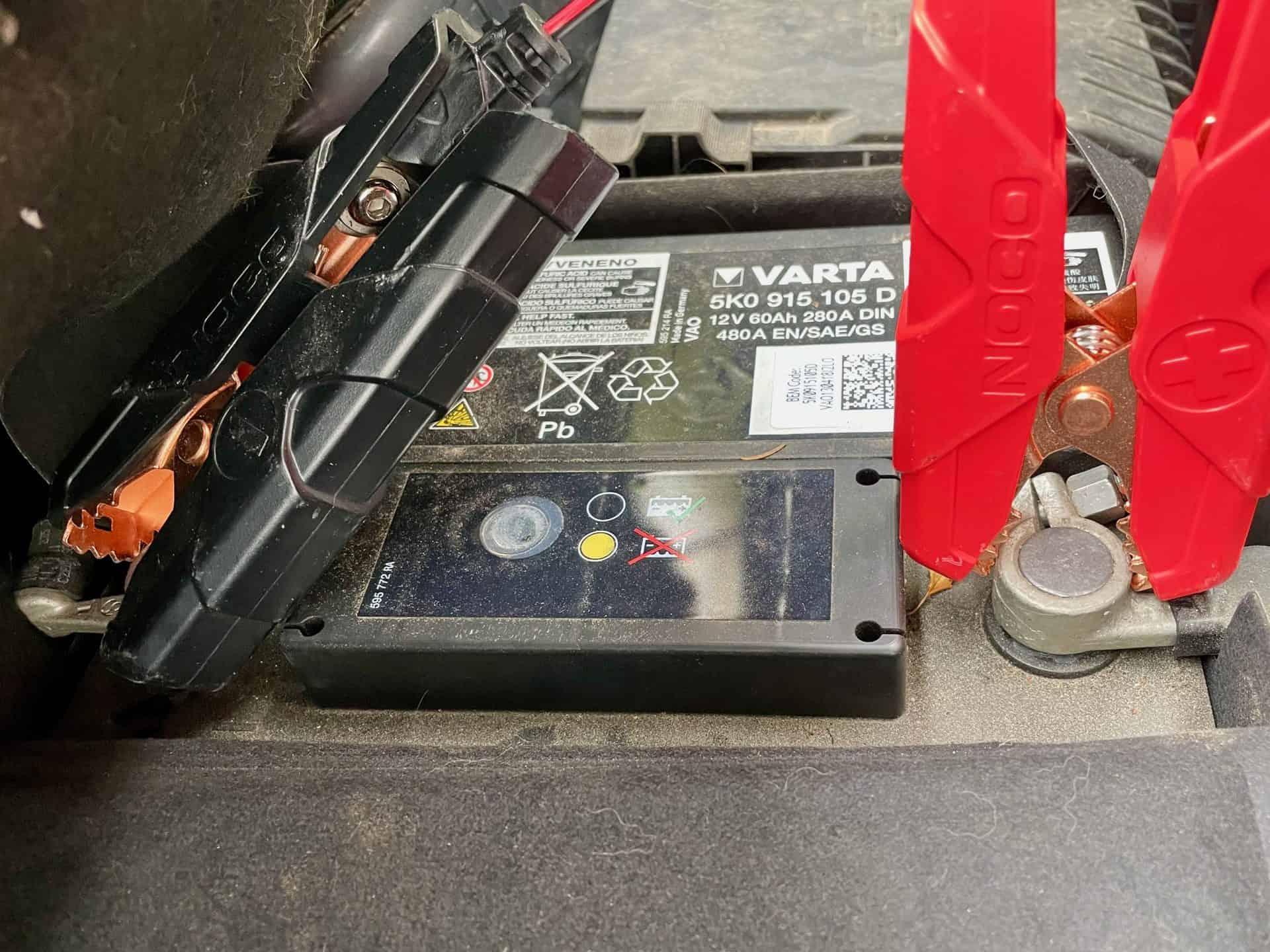 Noco-Genius-G15000-im-Einsatz-Bleibatterie-am-Auto