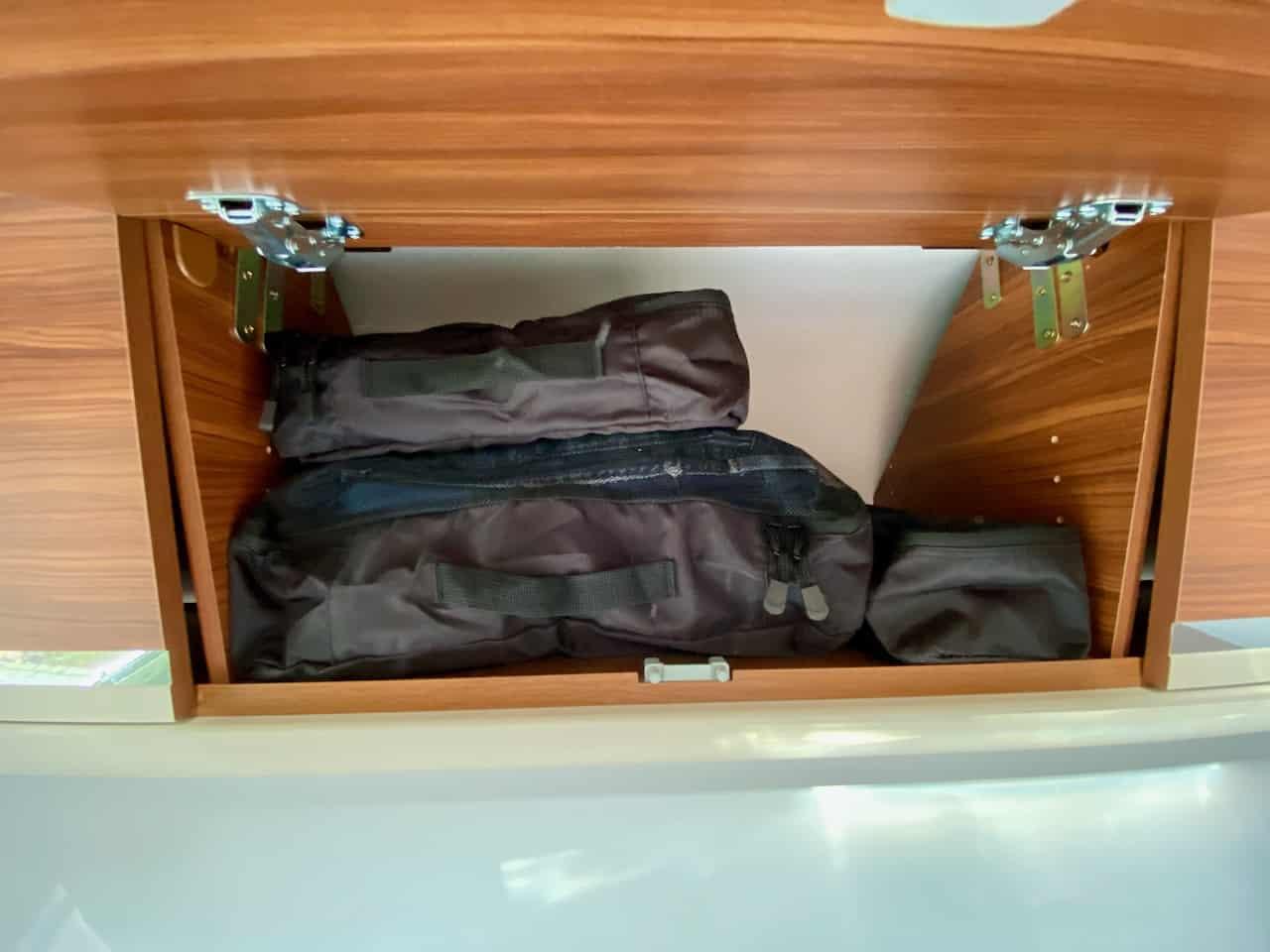 Packtaschen-Kompressiontaschen-Kleidung-Packwürfel-im-Kleiderfach-Kleiderschrank-im-Wohnmobil
