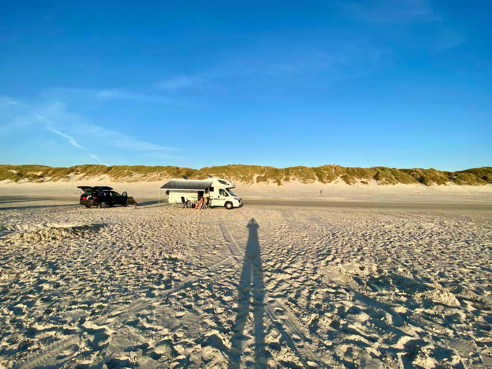 Reise-Wohnmobil-Daenemark-Vejers-Unser-Womo-am-Strand