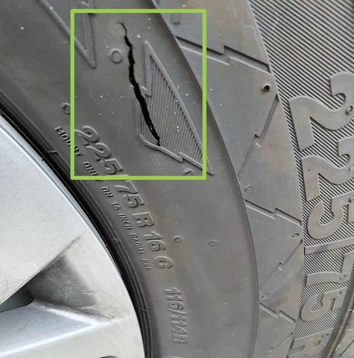 Riss-defekter-Reifen-am-Wohnmobil