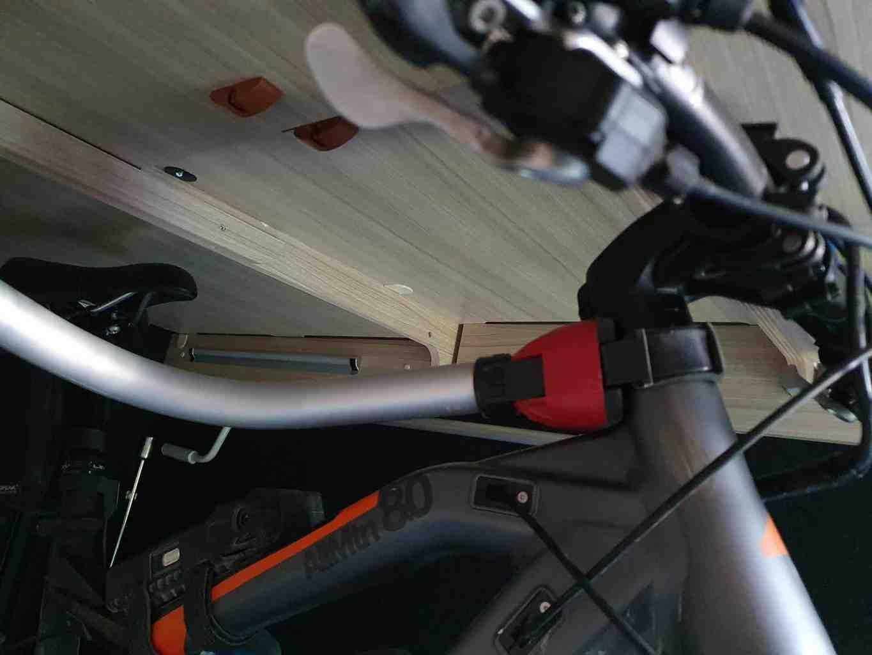 Rolands_Adria_Coral_Compact_Mountainbike_in_der_Garage_Befestigung