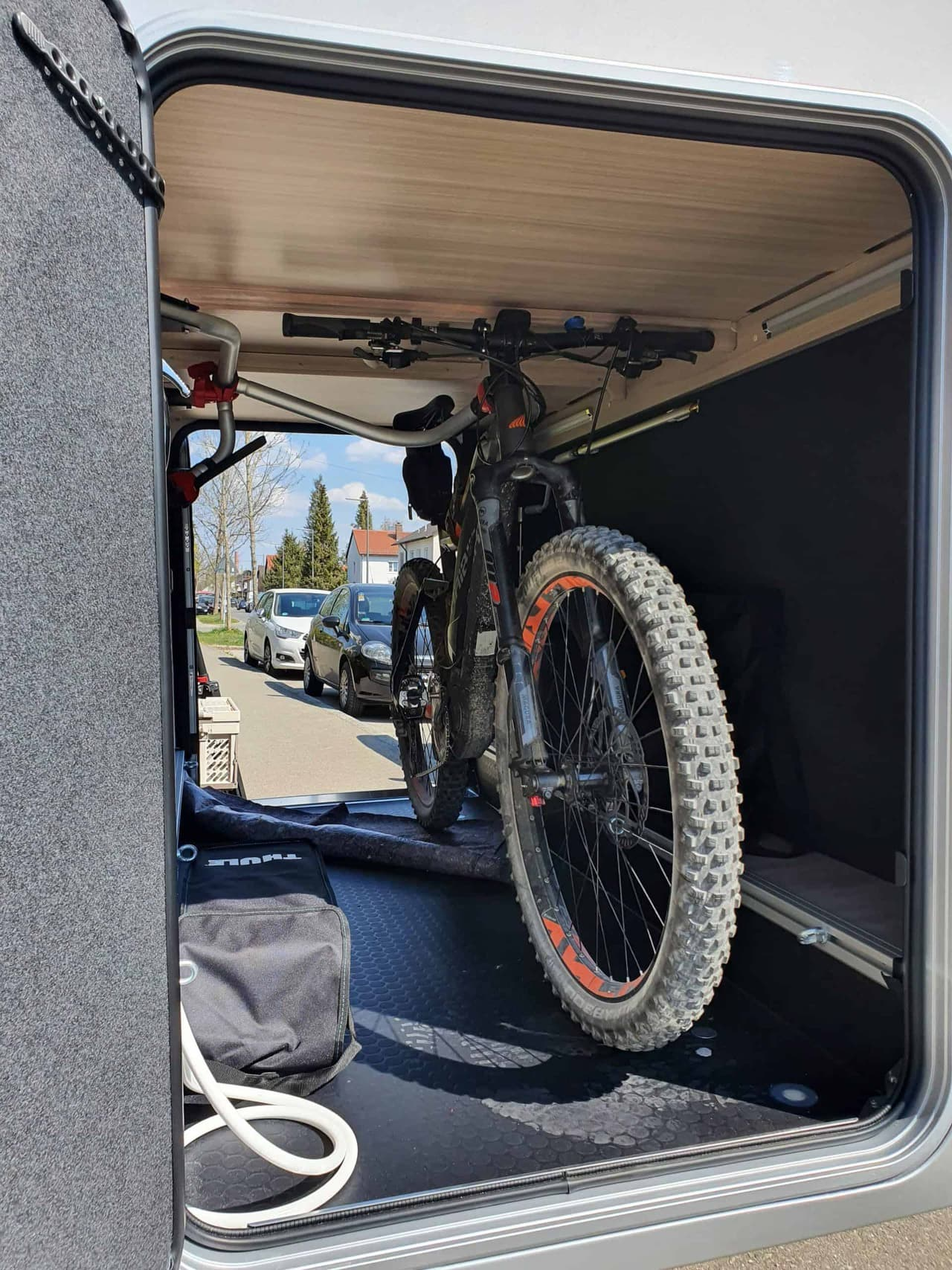 Rolands_Adria_Coral_Compact_Mountainbike_in_der_Garage_Front
