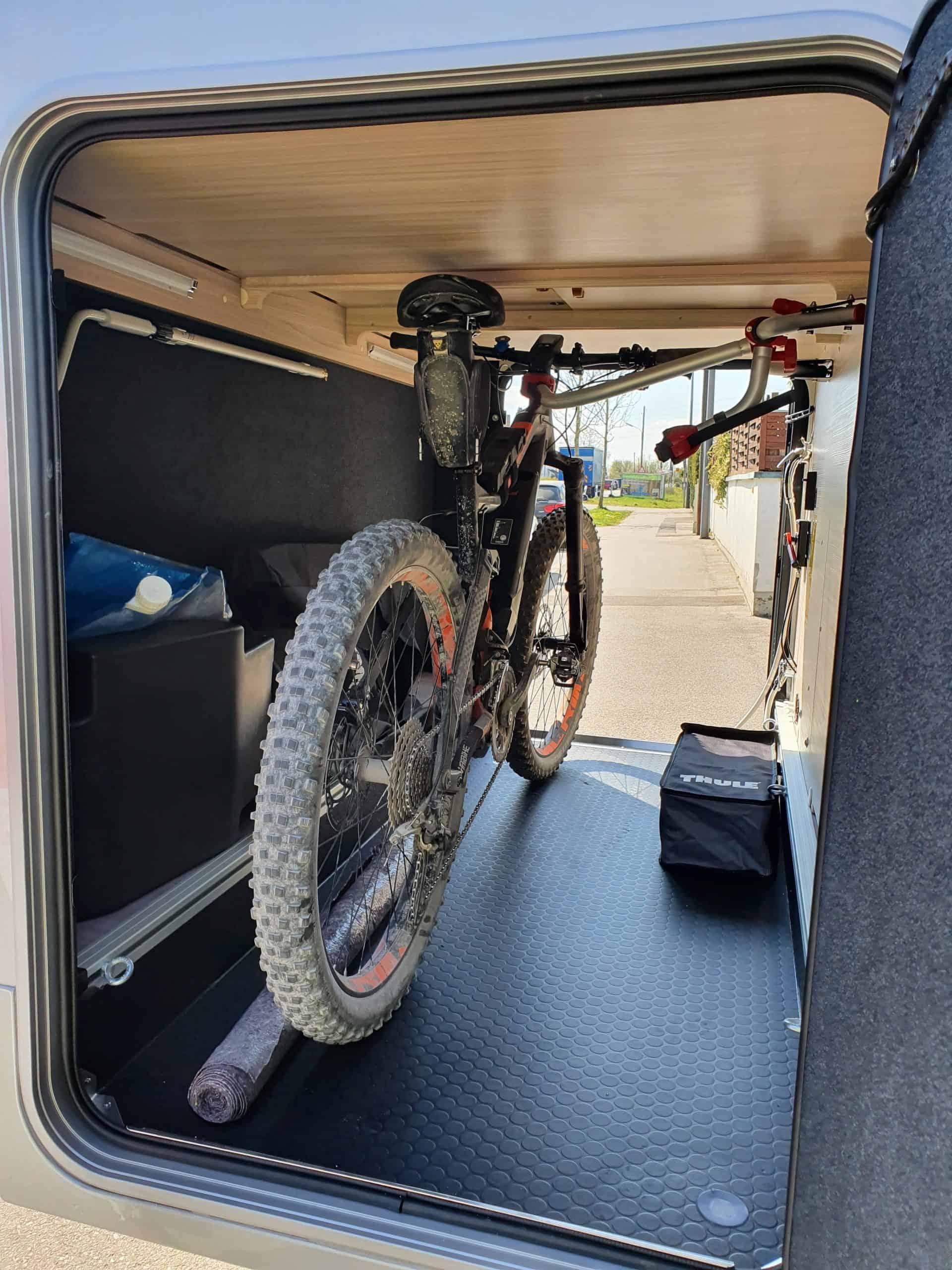 Rolands_Adria_Coral_Compact_Mountainbike_in_der_Garage_Rückansicht