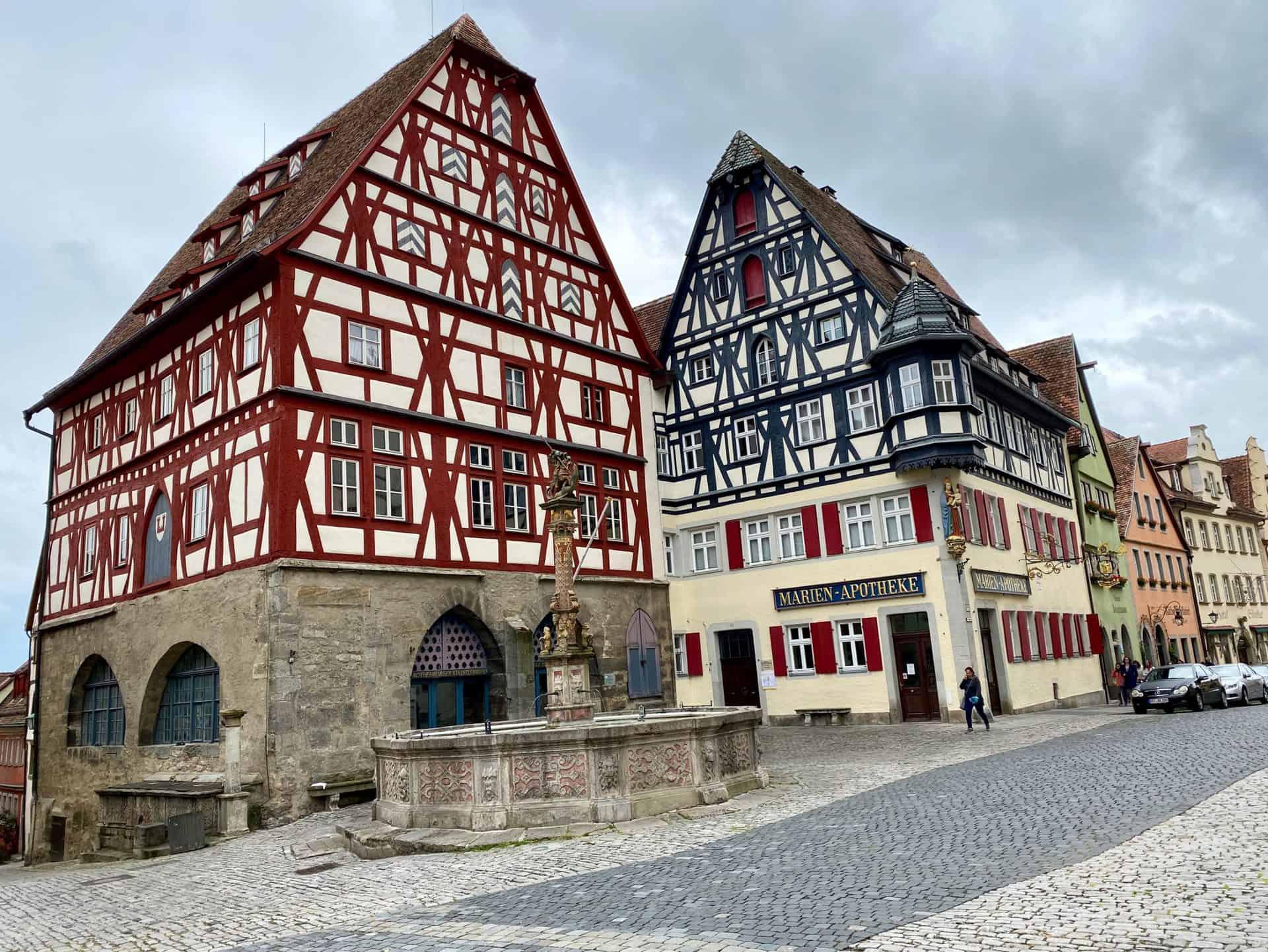 Rothenburg-ob-der-Tauber-Fachwerkhäuser-am_Rathaus