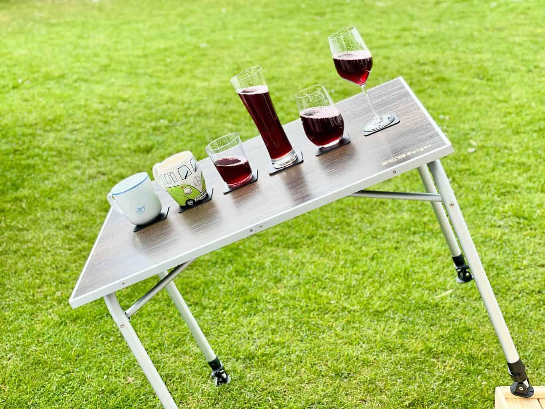 Silwy-Magnetglas-Weinglas-Bierglas-Longdringglas-HigheEnd-Kunststoffbecher-Kermatiktasse-mit-Magnet-gefüllt-gekippt-auf-Gel-Pad