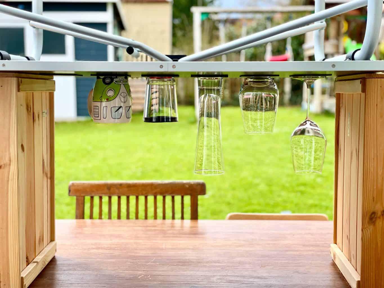Silwy-Magnetglas-Weinglas-Bierglas-Longdringglas-HigheEnd-Kunststoffbecher-Kermatiktasse-mit-Magnet-über-Kopf-auf-Gel-Pad