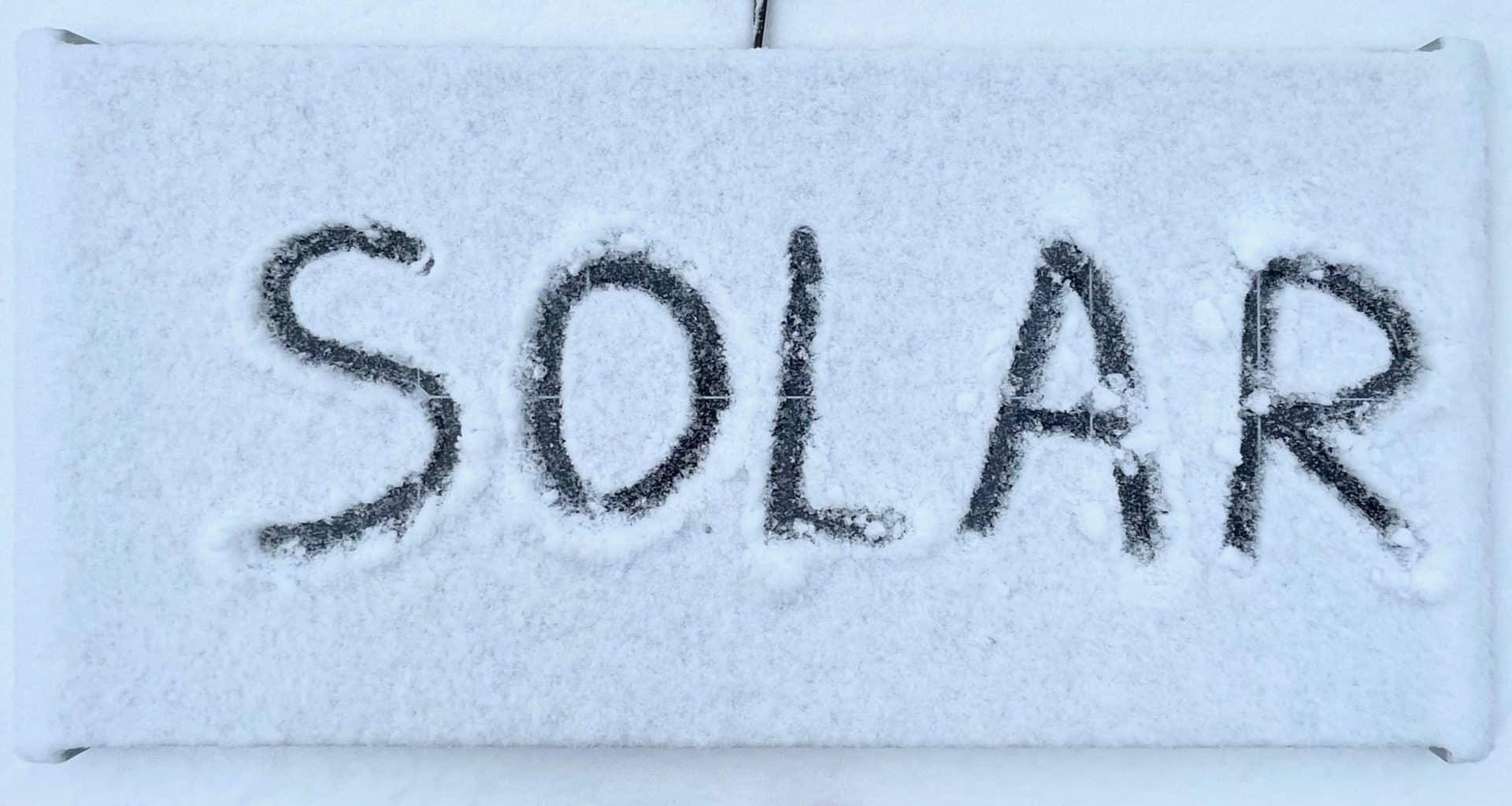 Solaranlage-Wohnmobil-Solarmodule-im-Schnee-geringe-Strom-Leistung-im-Winter