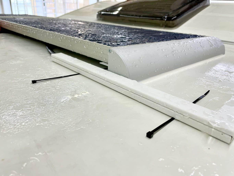 Solaranlage-Wohnmobil-geniale-Details-wie-Kabelschächte-mit-UV-stabilen-Kabelbinder-sichern