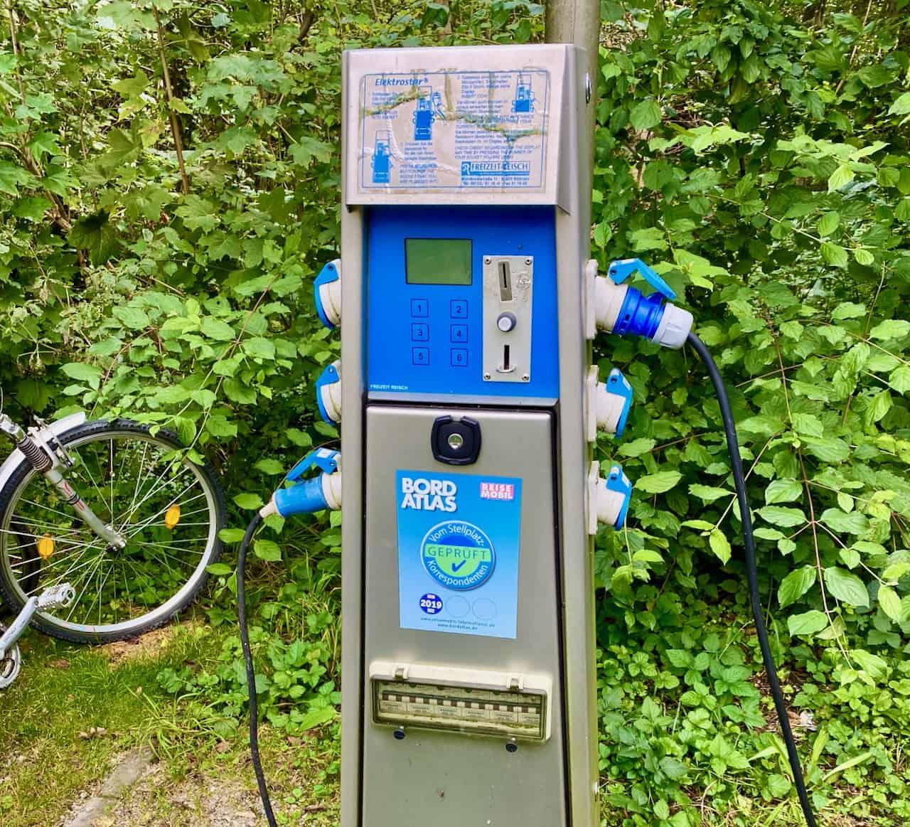Stromsäule-Stromverbrauch-und-Stromkosten-Campingplatz-Stellplatz-Kosten-Kalkulieren