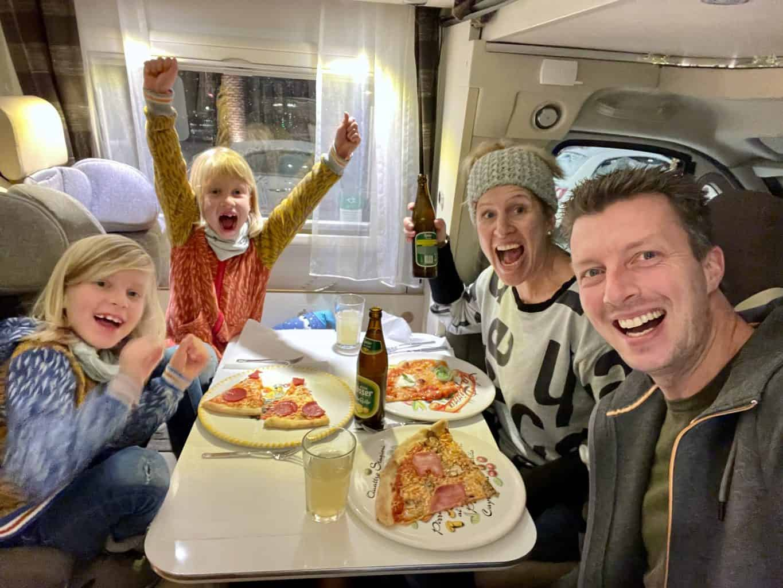 Take-Away-ToGo-Wohnmobil-Dinner-Essen-im-mobilen-Restaurant-LOsteria-Pizza-essen-mit-der-Familie-geniessen